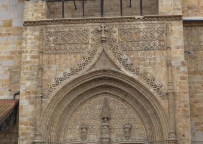 Portada renacentista de acceso a la iglesia