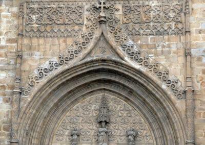 Arco apuntado en la portada principal