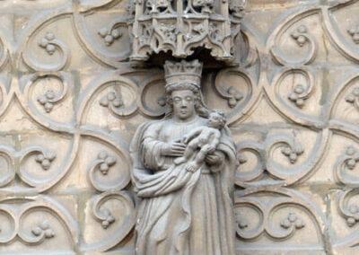 Virgen con el niño en el frontón de la portada