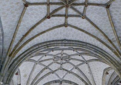 Bóvedas estrelladas de cuatro puntas en la cubierta de la nave