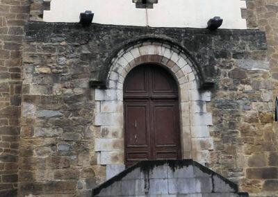 Puerta de acceso bajo el campanario