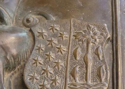 Escudo de armas de los Salazar y Salcedo en la lauda funeraria