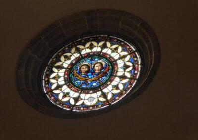 Vano circular con vidrieras