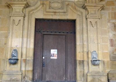 Acceso principal realizada en el siglo XVIII bajo la torre campanario
