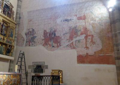 Pinturas murales que representan a soldados dirigiéndose a la boca del infierno