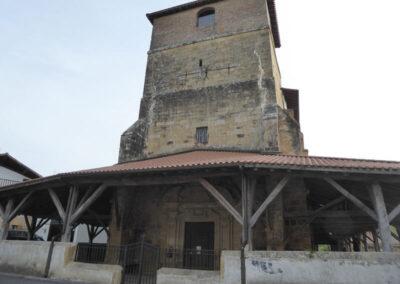 Torre campanario a los pies del templo