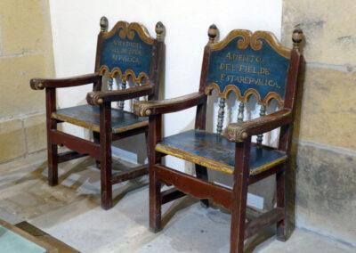 Sillones fraileros en el altar