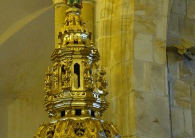 Tornavoz de madera policromada sobre el púlpito
