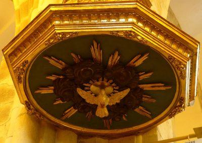 Paloma del Espíritu Santo bajo el tornavoz
