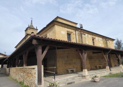Pórtico de madera sobre pies derechos de piedra en la parte noble