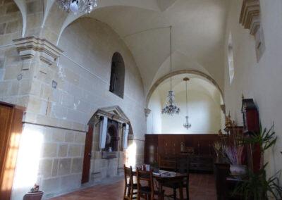 Sacristía con elegante mobiliario de madera