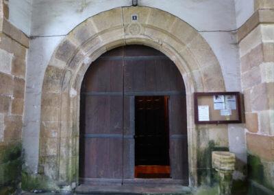 Portada principal en medio punto cajeado realizada en el siglo XVI