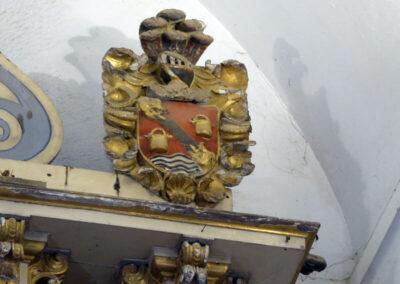 Escudo de los Arteaga en el remate del retablo