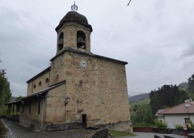 Torre campanario a los pies de la iglesia