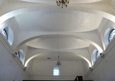Grandes arcos carpaneles conforman la bóveda