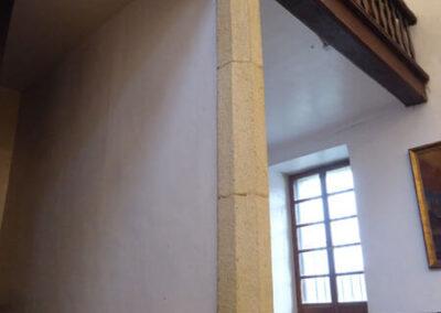 Columnas de fuste facetado sustentan el coro