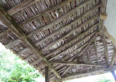 Detalle del pórtico de madera en los lados norte y este