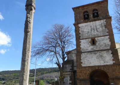 Crucero de piedra de hacia 1550 en el exterior de la iglesia