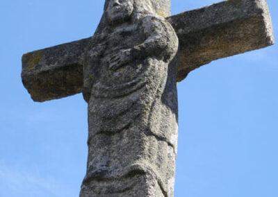 Talla de la Virgen coronada en el reverso del crucero