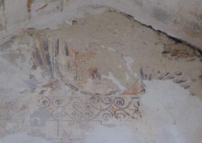 Pinturas murales en el coro que representan un castillo almenado entre leones