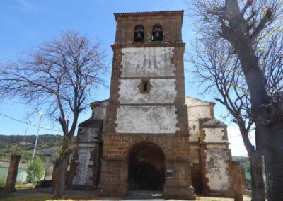 Portada gótica bajo la torre campanario