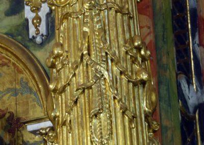 Decoración en las columnas del retablo