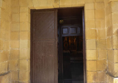 Acceso principal bajo la torre campanario