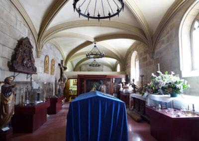 Interior de la sacristía neogótica, hoy convertida en museo parroquial