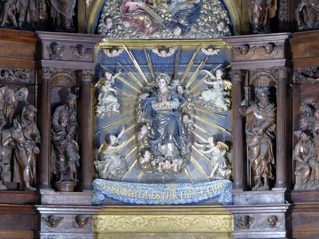 Imagen de la Asunción de María en el retablo mayor de la iglesia