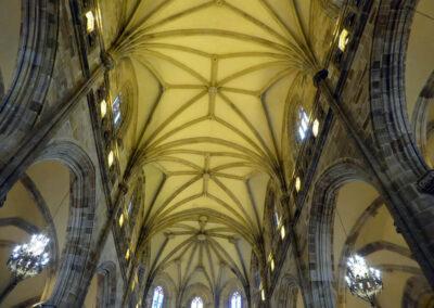 Bóvedas de crucería en la cubierta de la iglesia