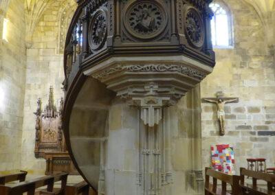 Púlpito de madera en una de las columnas