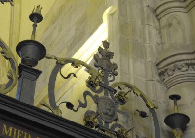 Florero rematando la reja del siglo XVI en la capilla de Gorostiza