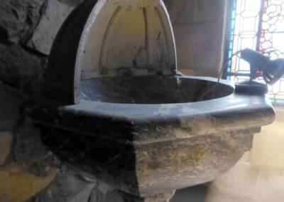 Pila bautismal de mármol negro