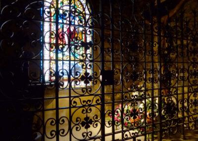 Reja metálica que protege la capilla bautismal