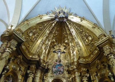 Crucifijo en el ático del retablo