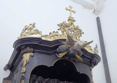 Espíritu Santo decorando los confesionarios