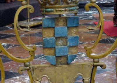 Paneles en la reja con las armas de los patronos de la iglesia